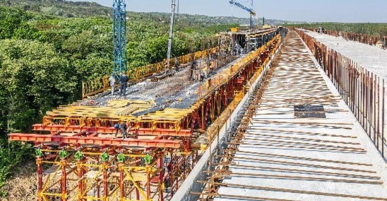 For concreting the two-lane superstructure, ALPHAKIT was supplemented in section B with components of the MULTIFLEX Girder Slab formwork